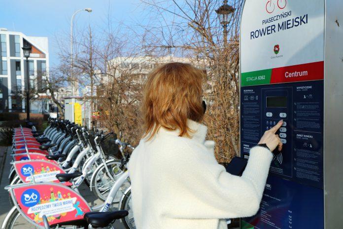 Ilustracja. Rowerem po Piasecznie - stacja rowerowa Centrum przy sądzie w Piasecznie
