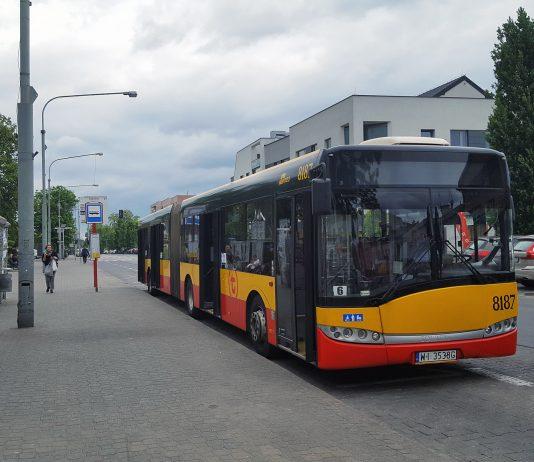 Ilustracja. Autobus 709 przy przystanku SZKOLNA 01 w Piasecznie