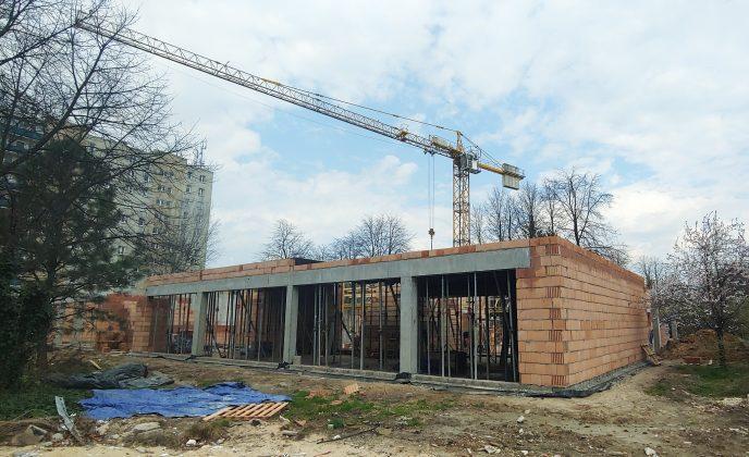 Ilustracje. Przykładowe inwestycje w pobliżu Szkoły Podstawowej nr 5 - budowa Domu Dziennego Pobytu Seniora w Piasecznie