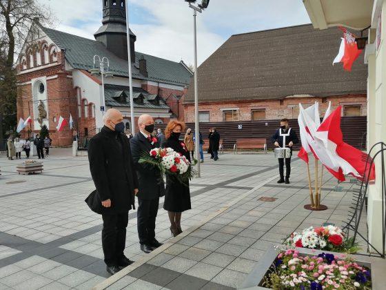 Delegacja gminy Piaseczno składa kwiaty pod historycznym ratuszem