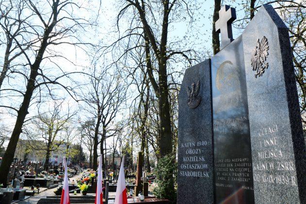 Ilustracja. Piaseczyńskie obchody Miesiąca Pamięci Narodowej kwiecień 2021. Pomnik Katyński na Cmentarzu Parafialnym w Piasecznie