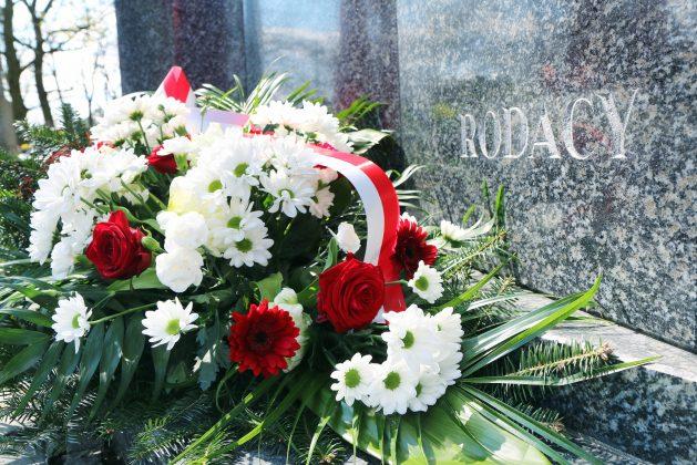 Ilustracja. Piaseczyńskie obchody Miesiąca Pamięci Narodowej kwiecień 2021. Kwiaty przy Pomniku Katyńskim na Cmentarzu Parafialnym w Piasecznie