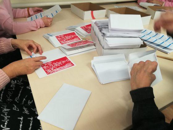 Ilustracja. Uczestnicy Warsztatów Terapii Zajęciowej wykonują kartki z okazji Świąt Bożego Narodzenia - foto archiwum WTZ Piaseczno
