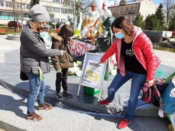 Członkinie Alarmu dla Klimatu przy instalacji Stop Plastik