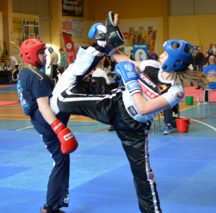 Ilustracja. Oliwia Ściągaj w walce finałowej. Mistrzostwa Polski w Kickboxingu Kadetów w formule Kick Light i Juniorów w formule Light contact