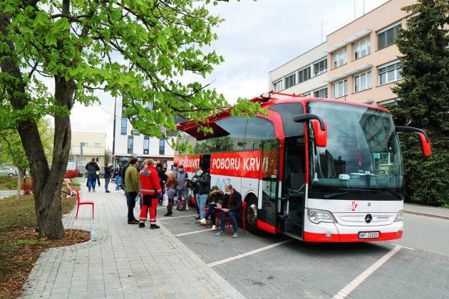 Ilustracja. Mobilny Punkt Poboru Krwi - krwiobus przed Urzędem Miasta i Gminy Piaseczno ul. Kościuszki 49 - maj 2021