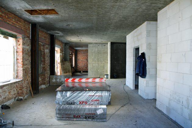 Ilustracja. Trwa przebudowa i modernizacja zabytkowego budynku Starej Plebanii, który będzie siedzibą nowego Muzeum Piaseczna. Milion dla Muzeum Piaseczna.