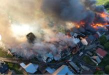 Widok na płonące domy z lotu ptaka. Pożar Nowa Biała