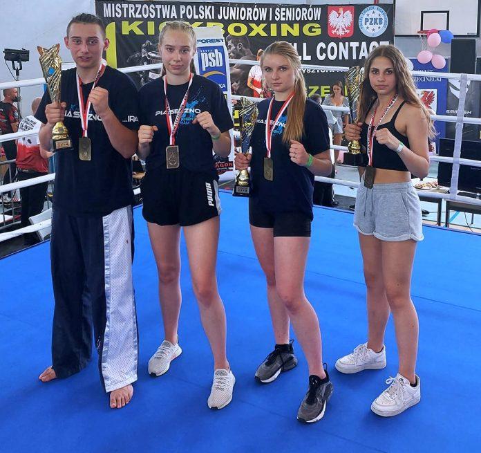 Ilustracja. Mistrzostwa Polski w Kickboxingu w formule Full contact. Na zdjęciu od lewej: Sebastian Jędraś, Elżbieta Świderska, Oliwia Ściągaj i Daria Niciporuk.