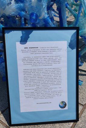"""Akcja """"Nie pij wody z plastiku"""" zorganizowana przez Alarm dla Klimatu Piaseczno na miejskim rynku"""