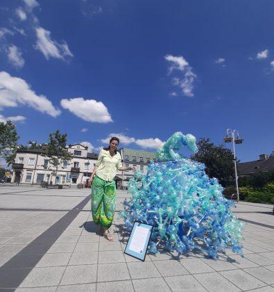 Autorka Anna Stawowczyk przy swojej artystycznej instalacji