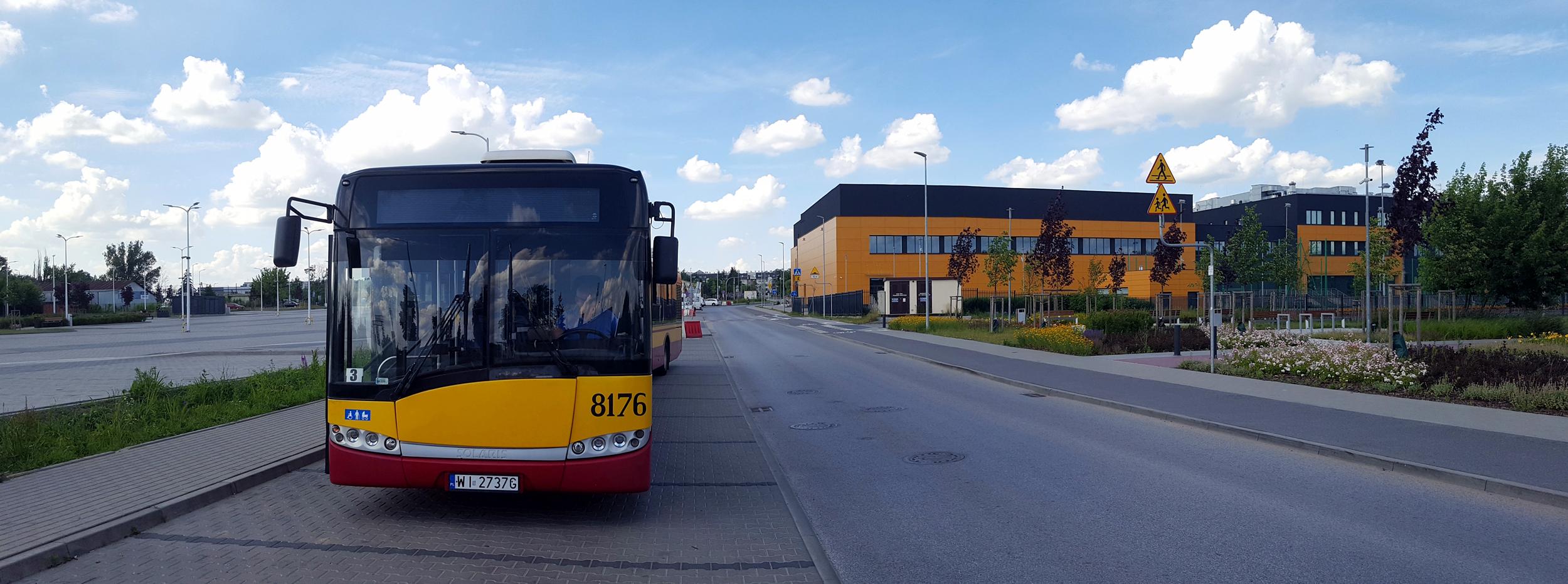 Ilustracja. Autobus 709 na pętli autobusowej na ul. Żytniej obok targowiska i CEM Piaseczno. Foto Marcin Borkowski