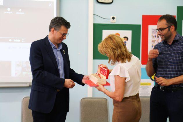Marek Michalak otrzymuje upominek z rąk wiceburmistrz Hanny Kułakowskiej-Michalak