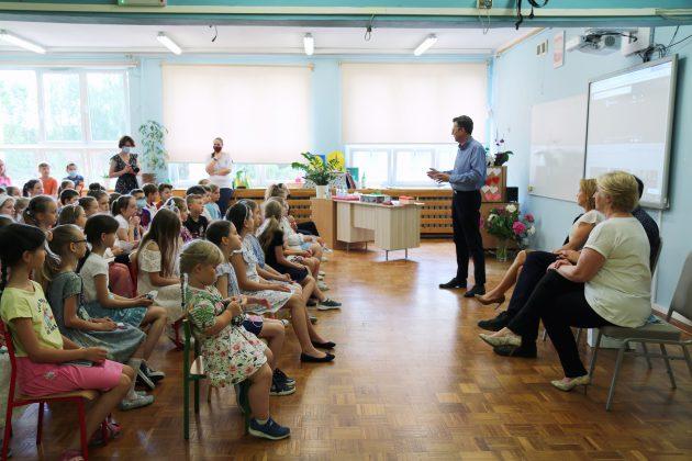 Marek Michalak Kanclerz Międzynarodowej Kapituły Orderu Uśmiechu odwiedził dzieci w Piasecznie