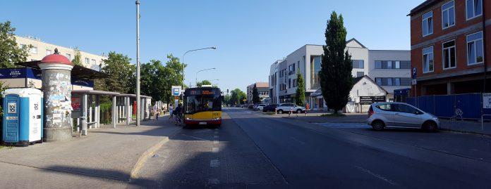 Ulica Puławska przed przebudową. Autobus 709 przy przystanku Szkolna 01