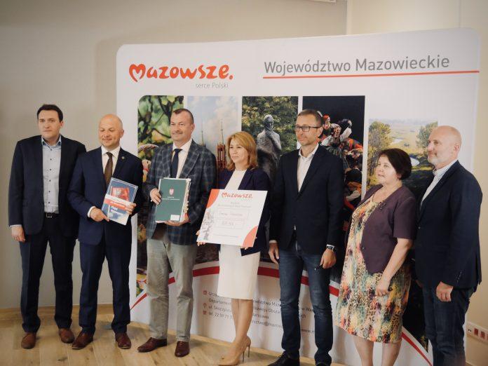 Ilustracja. Podpisanie umowy w ramach wsparcia finansowego dla Gminy Piaseczno od Województwa Mazowieckiego