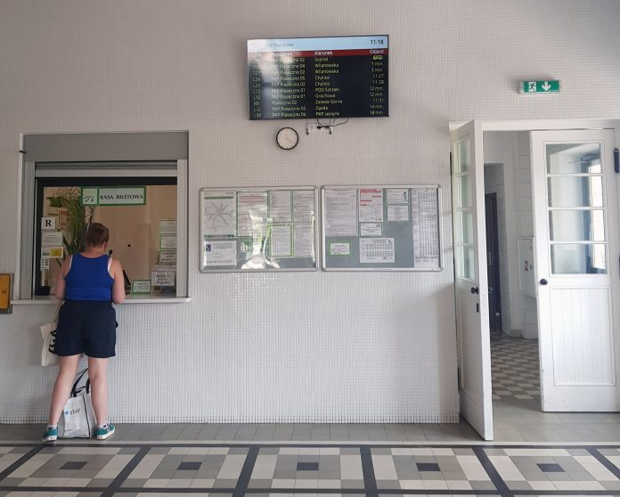 System informacji pasażerskiej w Piasecznie, ekran z informacją o czasie odjazdu poszczególnych linii na dworcu PKP Piaseczno