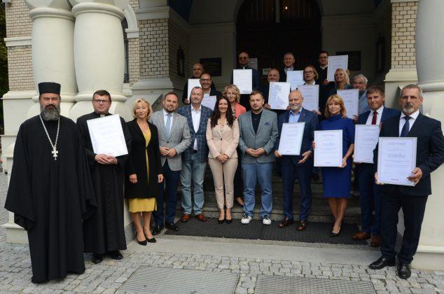 Wręczenie przez Wicemarszałka Wiesława Raboszuka certyfikatu Cenny Zabytek Mazowsza dla Wiceburmistrz Hanny Kułakowskiej-Michalak