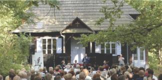 publiczność koncertu na tle Domu Zośki