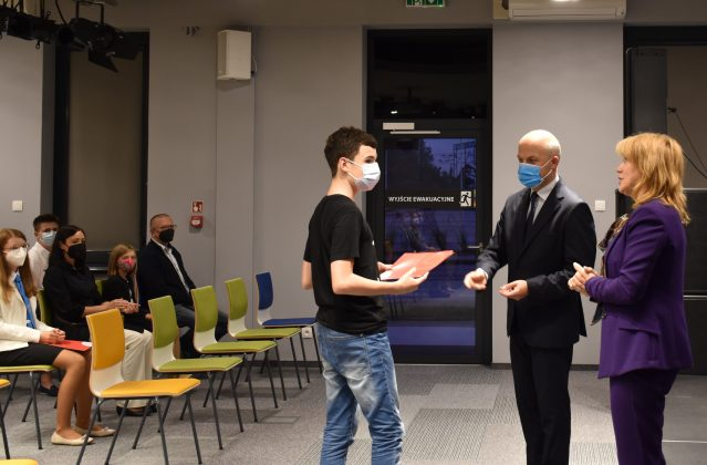 14 uczniów otrzymało stypendium Burmistrza za sukcesy naukowe osiągnięte w roku szkolnym 2020/2021.