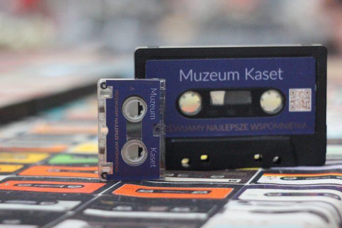 Muzeum Kaset będzie gościło w Bibliotece Publicznej w Piasecznie. na zdjęciu kasety magnetofonowe.