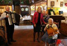 Setny Jubileusz Na zdjęciu Jubilatka Kazimiera Cholińska wraz z Wiceburmistrz Hanna Kułakowską-Michalak oraz muzykiem grającym na akordeonie