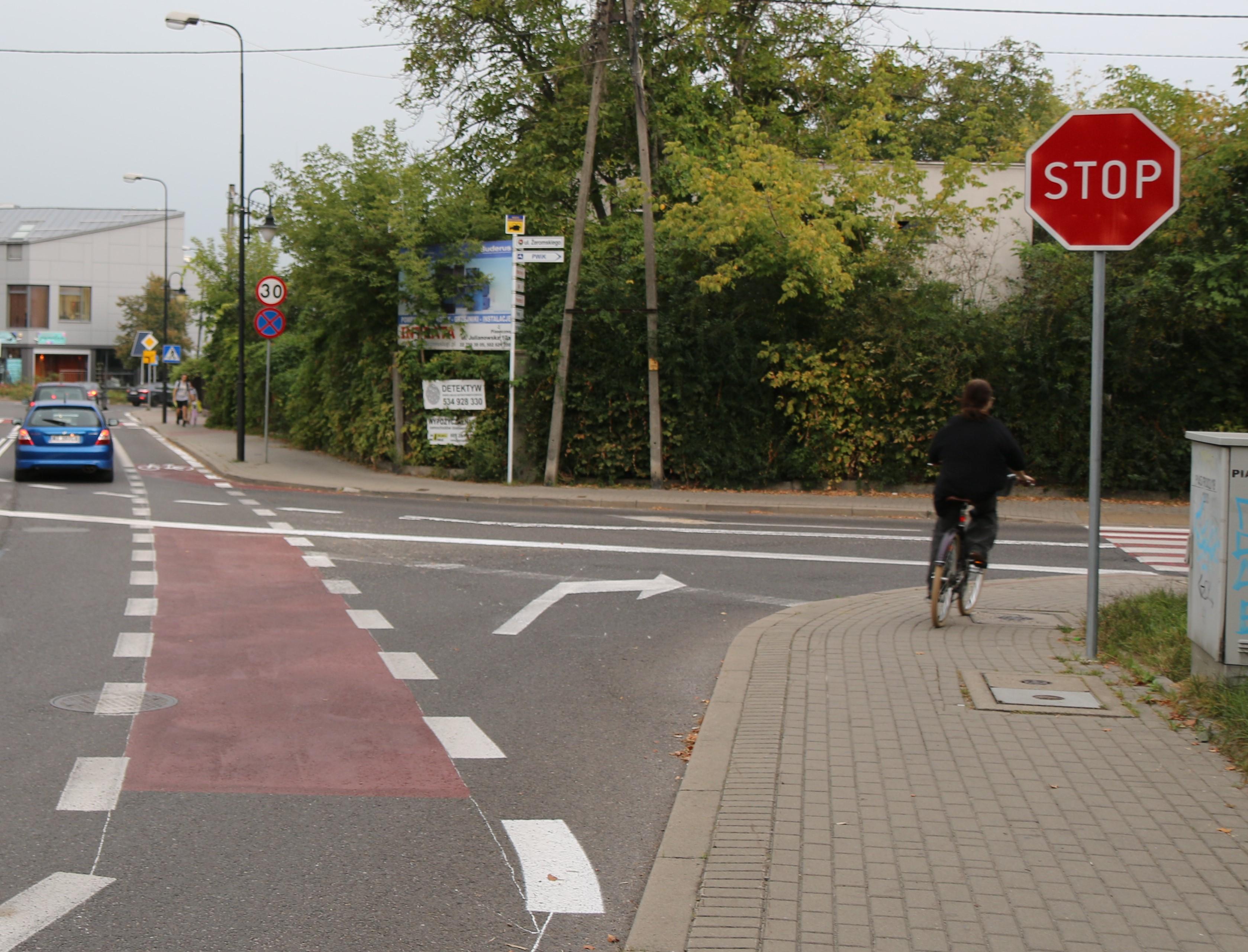 Nowa infrastruktura dla rowerzystów. Na zdjęciu pas rowerowy na jezdni oraz rowerzystka jadąca po chodniku.