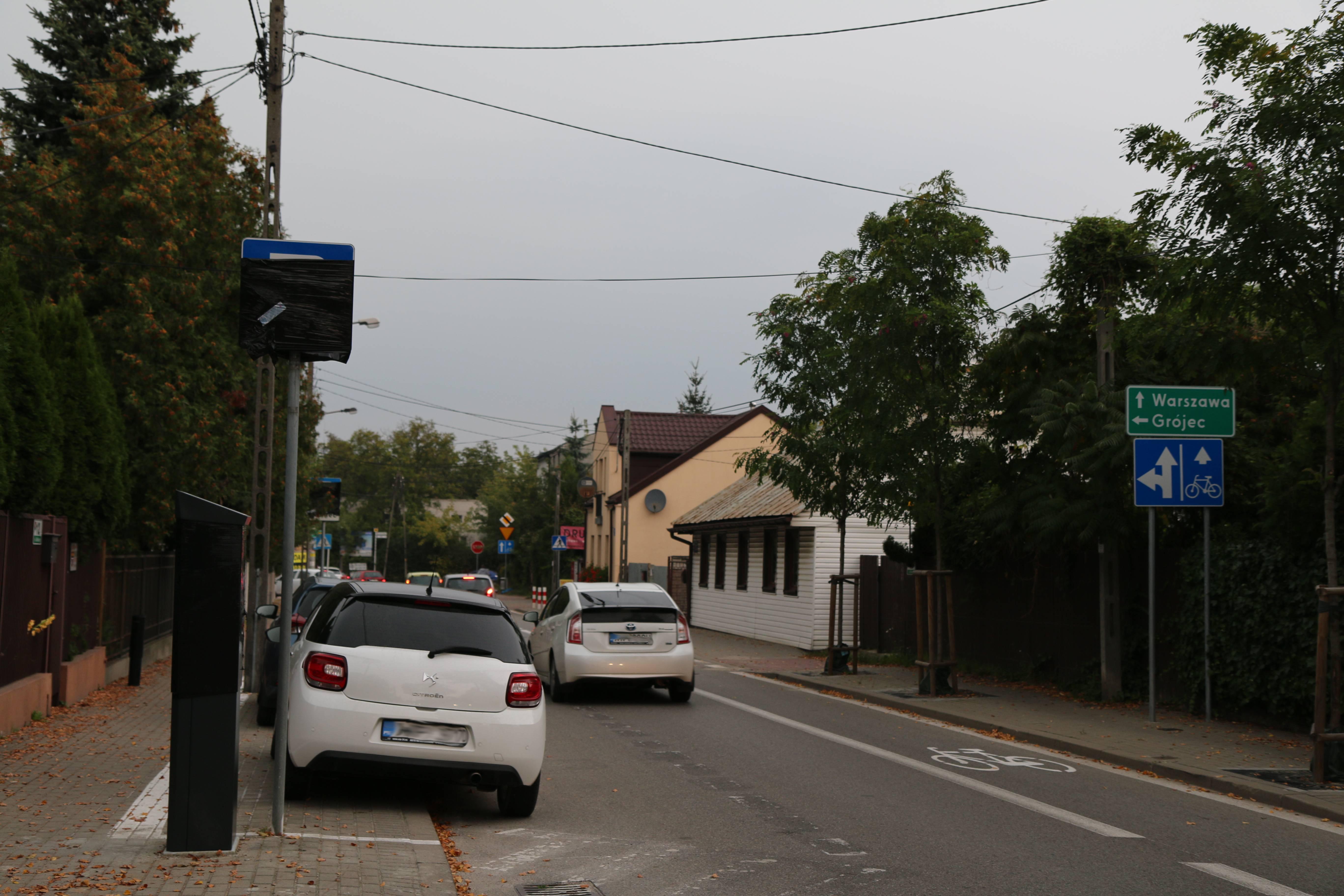 Rozszerzenie Strefy Płatnego Parkowania. Na zdjęciu fragment ul. Kilińskiegoz wyznaczonymi miejscami postojowymi oraz zasłoniętym folią znakiem drogowym - początek parkingu.