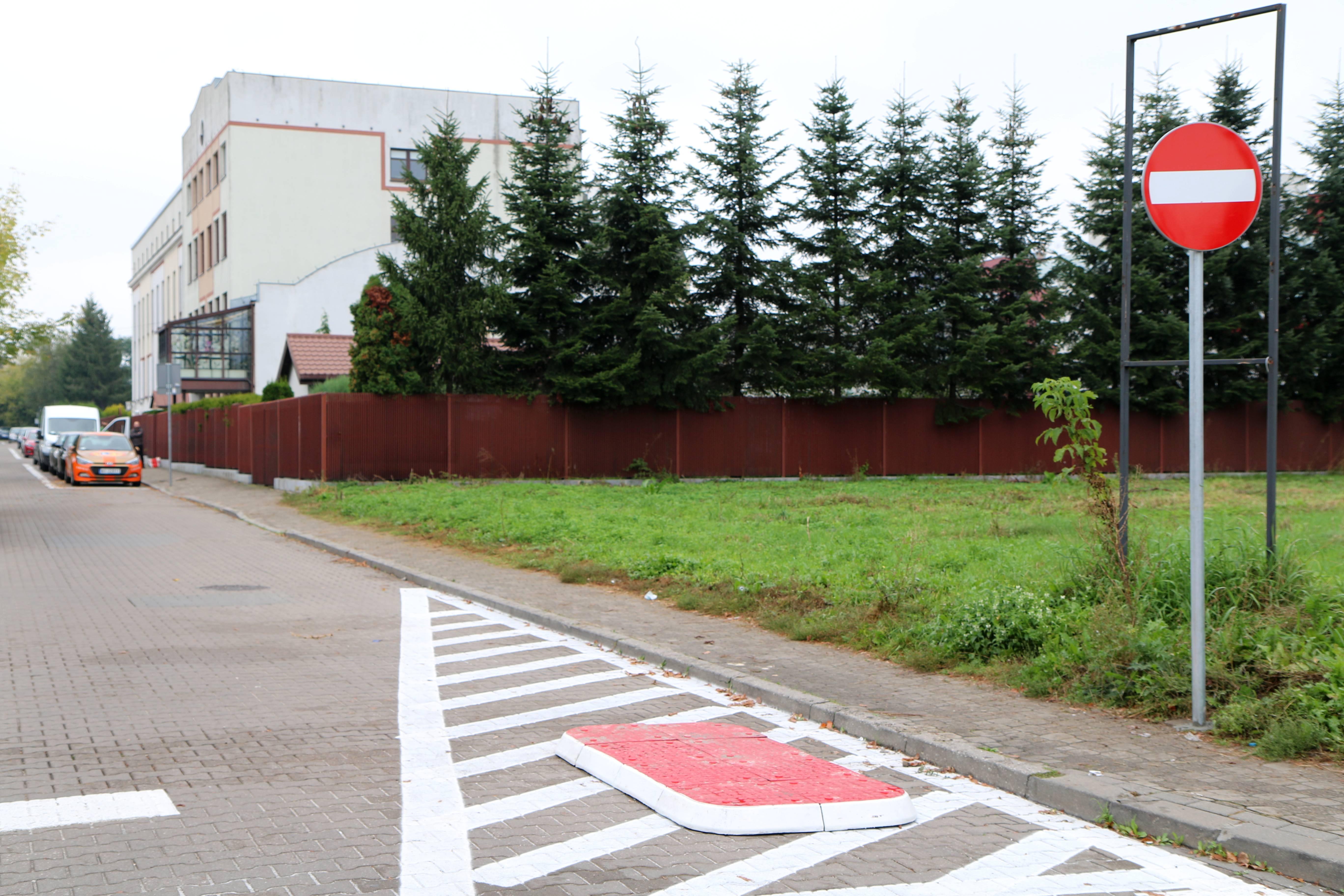 W ulicę Zgoda od piątku 17 września wjedziemy tylko od strony ul. Młynarskiej. Od strony ul. Chyliczkowskiej obowiązuje zakaz wjazdu. Na zdjęciu ul. Zgoda ze znakiem zakazu wjazdu. / foto: Joanna Ferlian-Tchórzewska
