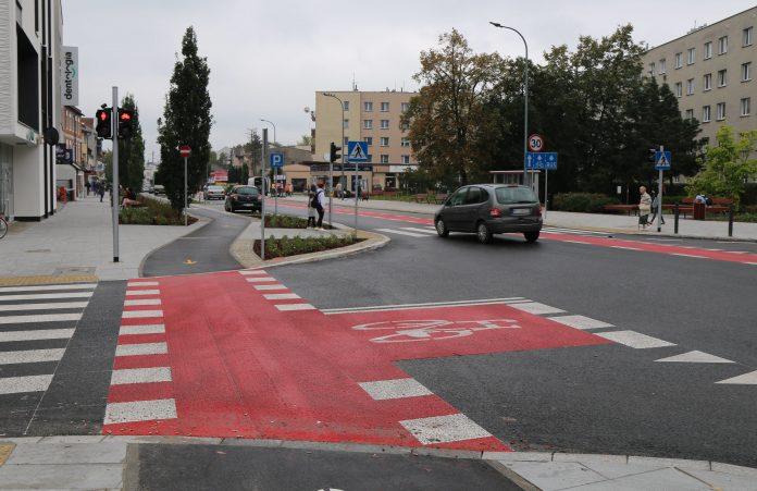 Nowa infrastruktura dla rowerzystów. Na zdjęciu skrzyżowanie ulic Puławskiej i Młynarskiej, z wymalowanym pasem rowerowym, przejazdem rowerowym oraz śluzą rowerową.