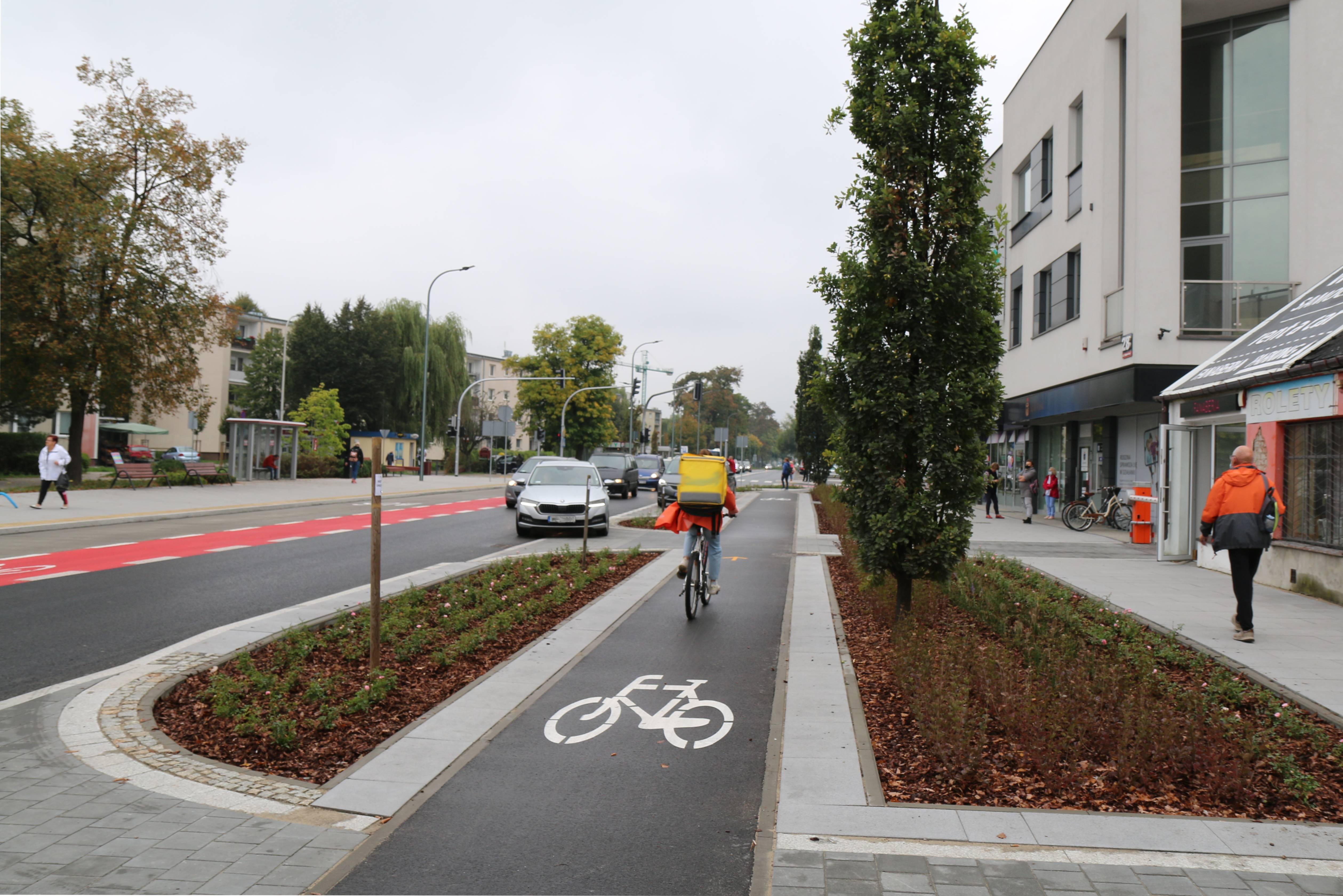 Nowa infrastruktura dla rowerzystów. Na zdjęciu ulica Puławska ze ścieżką rowerową oraz pasem rowerowym.