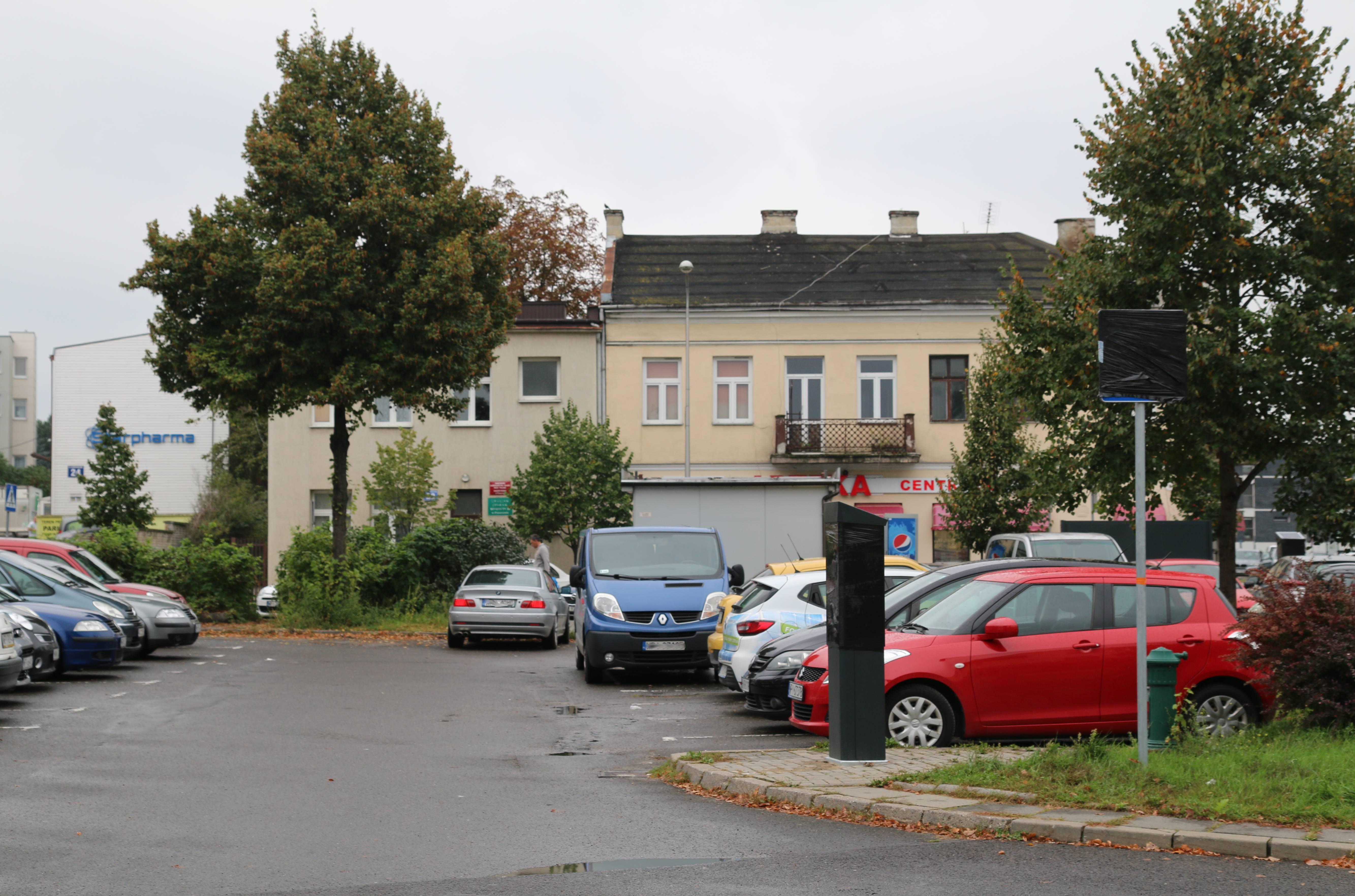 Rozszerzenie Strefy Płatnego Parkowania. Na zdjęciu plac między ulicami Kościuszki, Nadarzyńską i Kilińskiego z parkujacymi samochodami.
