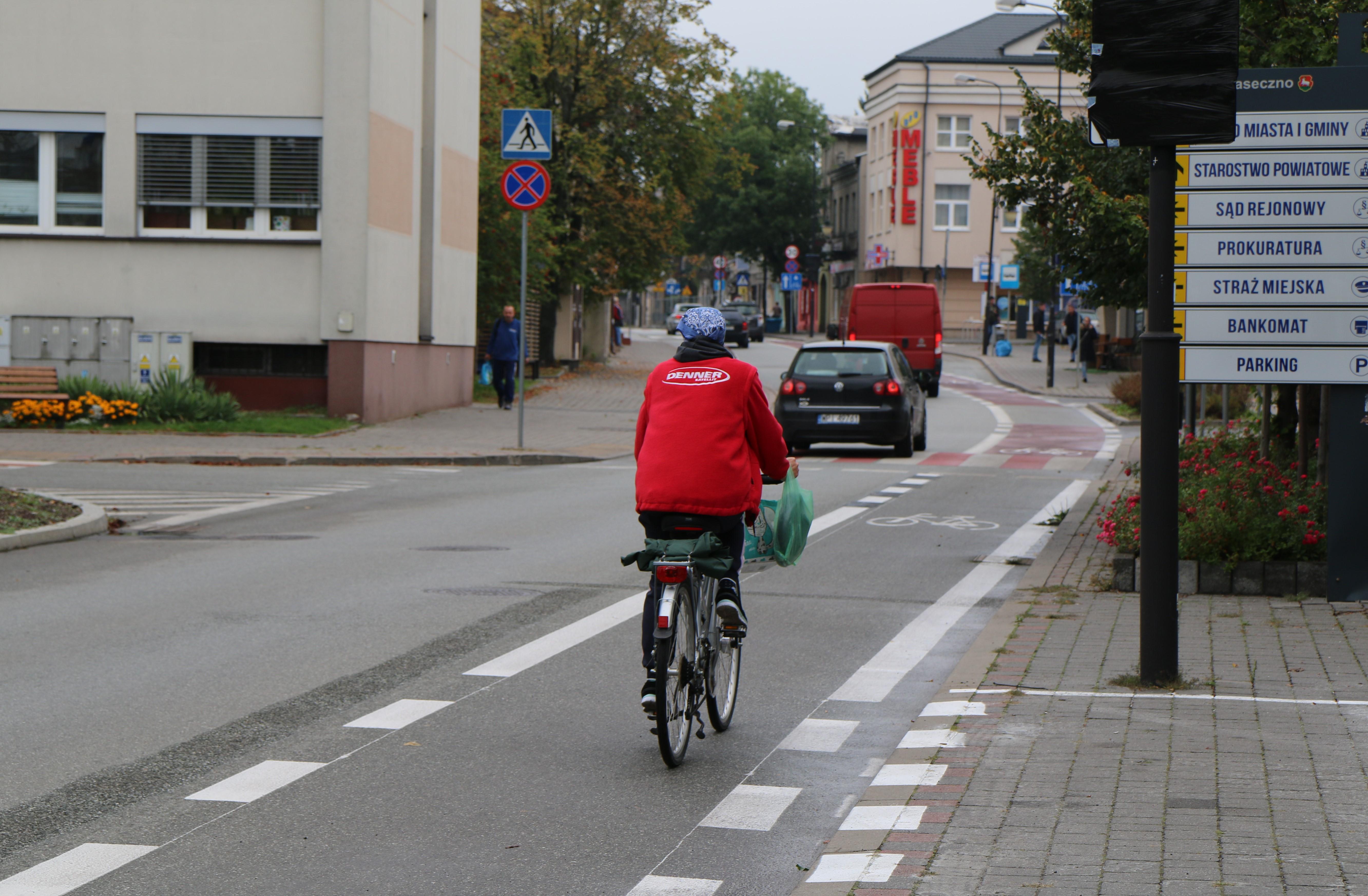 Nowa infrastruktura rowerowa w Piasecznie. Na zdjęciu rowerzystka jadąca pasem rowerowym na ul. Sierakowskiego.