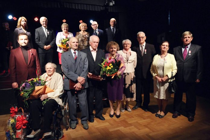 Odznaczeni jubilaci. Zdjęcie grupowe jubilatów.