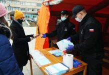 Ilustracja. Czas pandemii w Piasecznie. Akcja rozdawania maseczek dla mieszkańców.