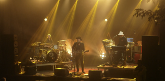 Zrzut ekranu z filmowej relacji z koncertu Smolik/Kev Fox w Piasecznie
