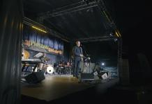 Zrzut ekranu z filmu. Recital Artura Andrusa podczas IX Festiwalu Piosenki Dołującej