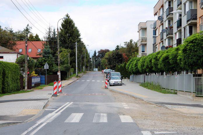 Ulica 1-Maja w Piasecznie, widok od strony alei Kalin