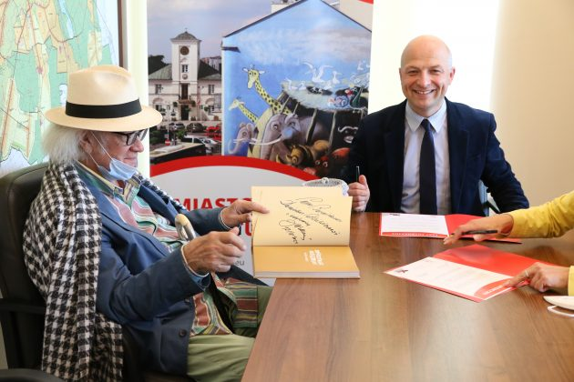 Dzieła Józefa Wilkonia będą gościły w Starej Remizie. Na zdjęciu Józef Wilkoń i burmistrz Daniel Putkiewicz.