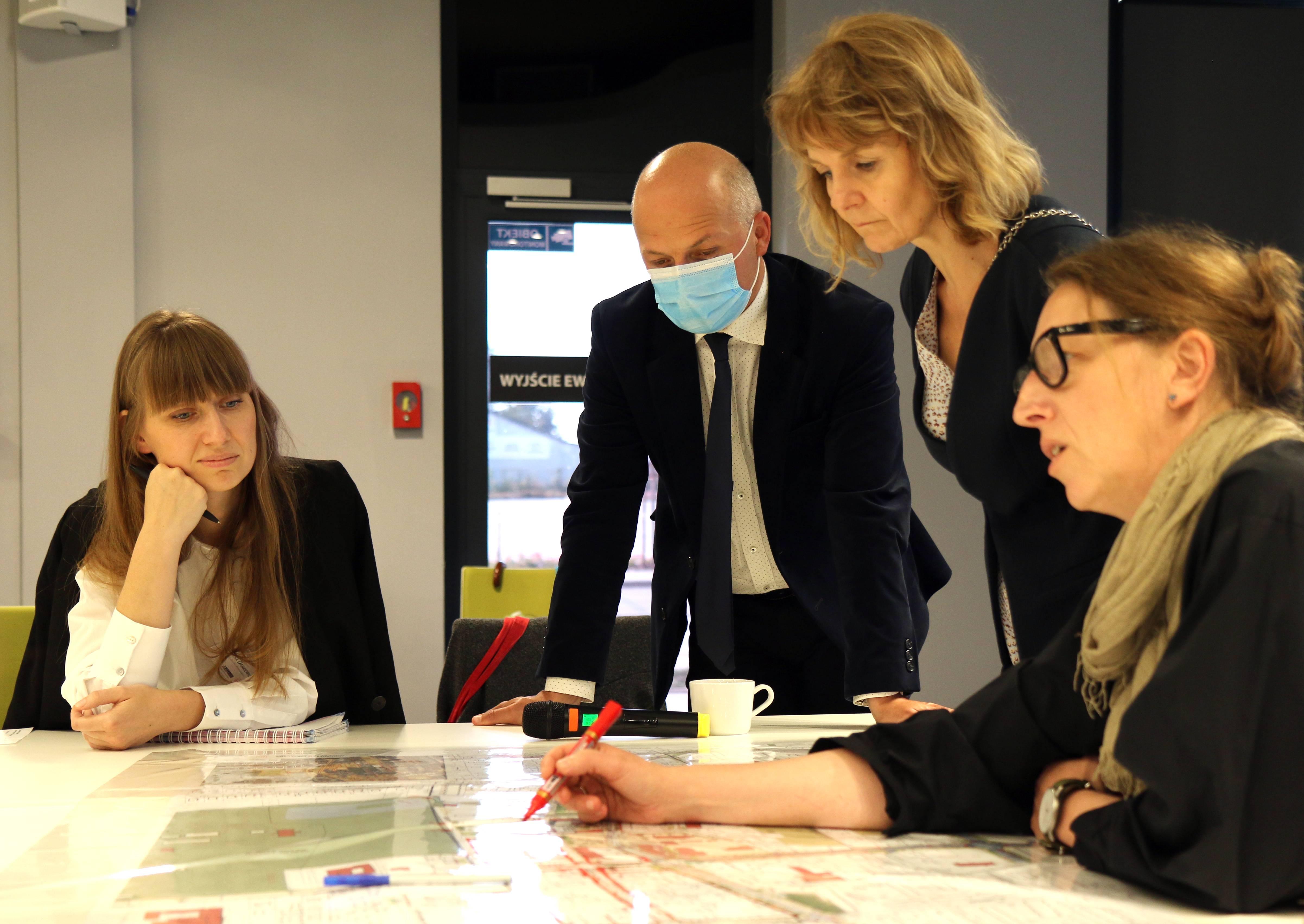 Jakie centrum miasta? Na zdjęciu urzędnicy, specjaliści i burmistrz Daniel Putkiewicz podczas prac warsztatowych.