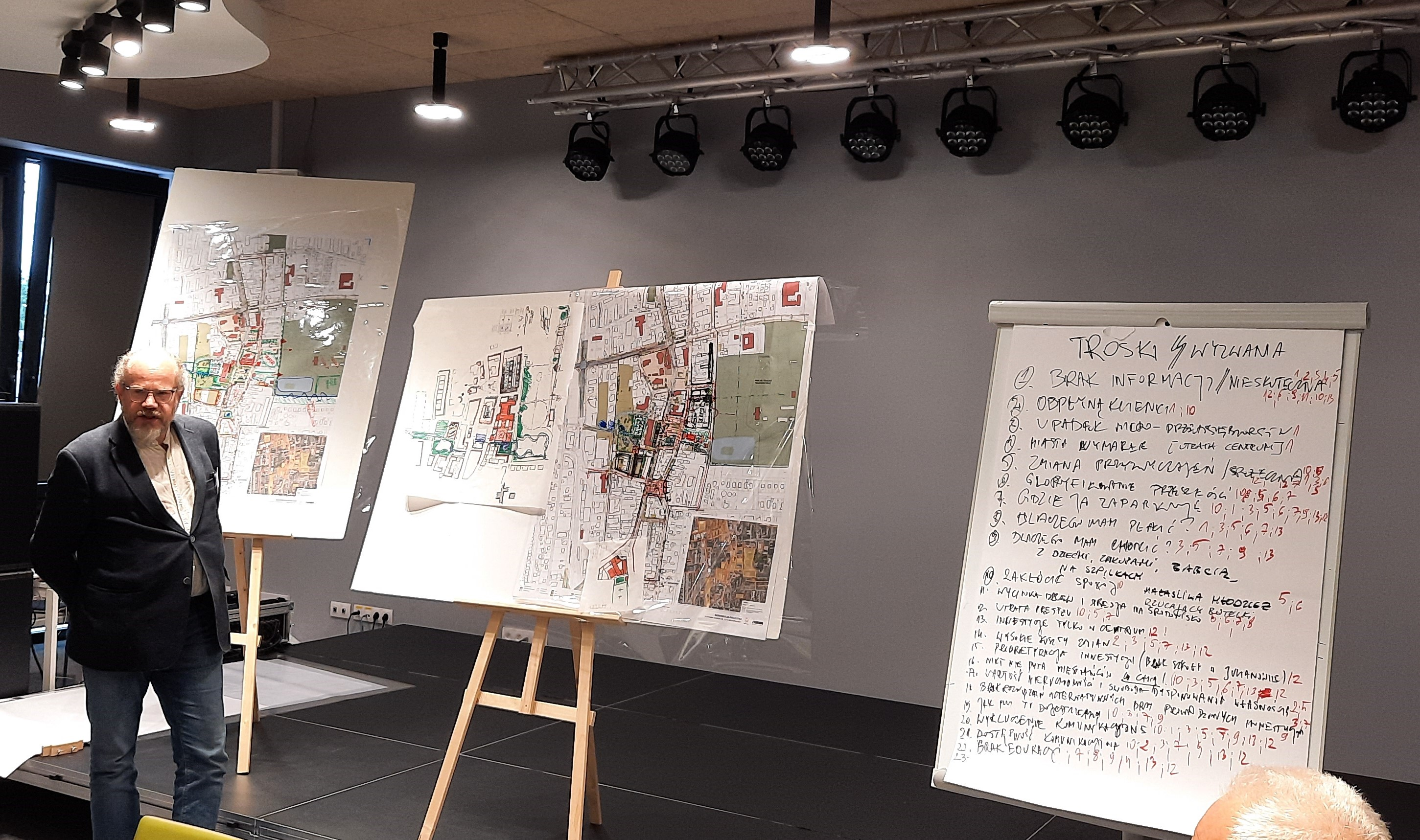 Jakie centrum Piaseczna? Na zdjęciu prelegent i tablice z efektami prac warsztatowych.