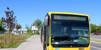 Remont ursynowskiej linii metra. Autobusy 710 i 724 pojadą dłuższą trasą. na zdjęciu autobus linii 710 na pętli obok Targowiska Miejskiego.