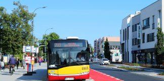 Ilustracja. Autobus 709 na ul. Puławskiej w Piasecznie