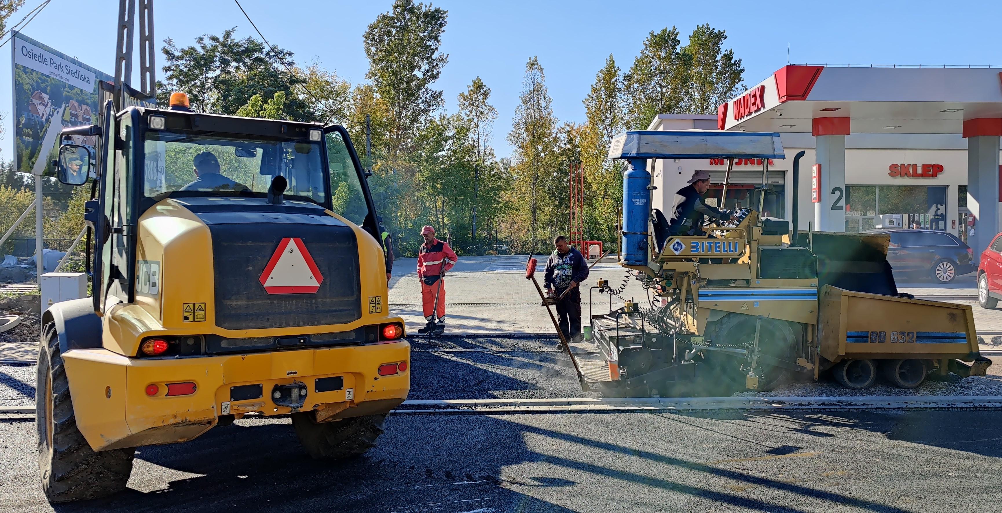 Ostatnie prace na ul. Dworcowej. Uwaga na utrudnienia od ul. Sienkiewicza. Na zdjęciu maszyny budowlane na ul. Dworcowej.