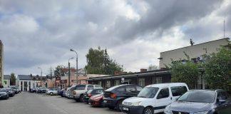 Samochody zaparkowane przy ulicy Fabrycznej