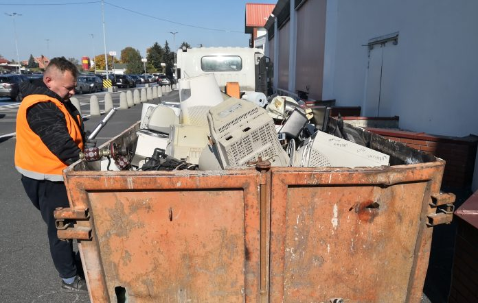 Kwiatek za elektrośmieci. Na zdjęciu kontener wypełniony elektrośmieciami.