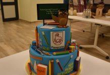 tort dla gości z elementami ozdobnymi w tematyce edukacyjnej.