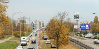 GDDKiA wprowadza nową organizację ruchu na ul. Puławskiej. Na zdjęciu ul. Puławska - ruch po jednej stronie drogi i prace budowlane po drugiej.